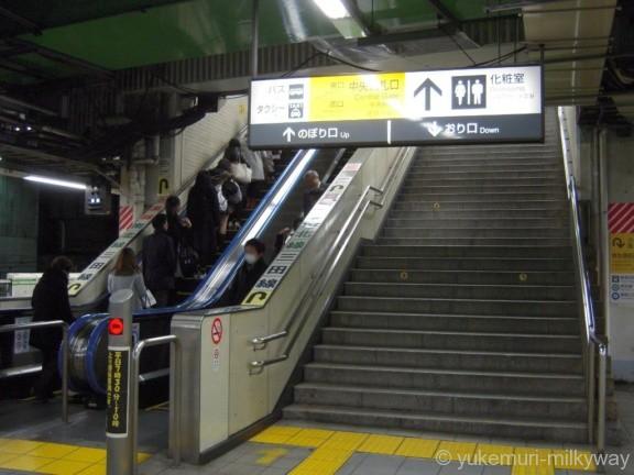 目黒駅山手線ホーム中央改札口階段