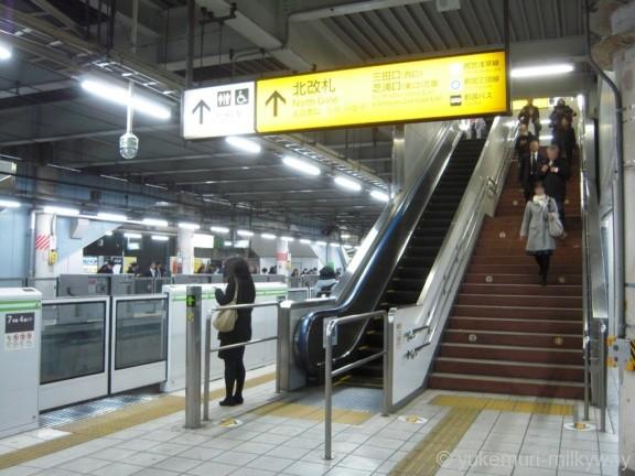 田町駅南行ホーム北改札階段