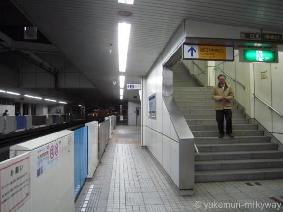 天王洲アイル駅モノレール下りホーム中央口階段