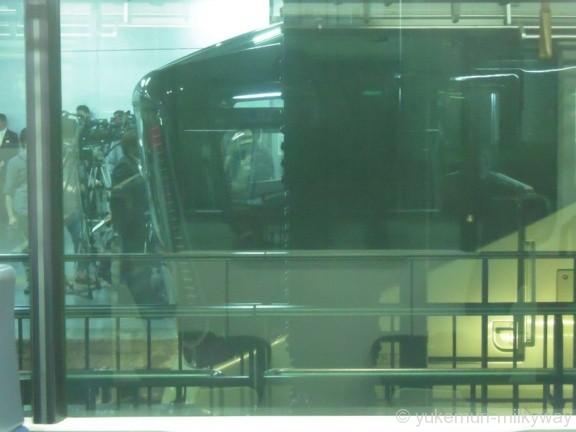 JR東日本E001形 TRAIN SUITE 四季島 窓越しに遠望 E001-1 @上野