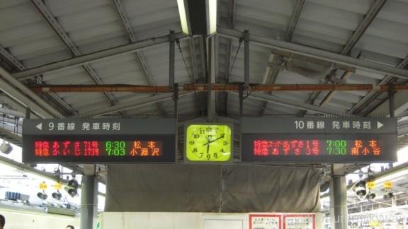 JR新宿駅 9・10番ホーム 特急あずさ71号 発車案内