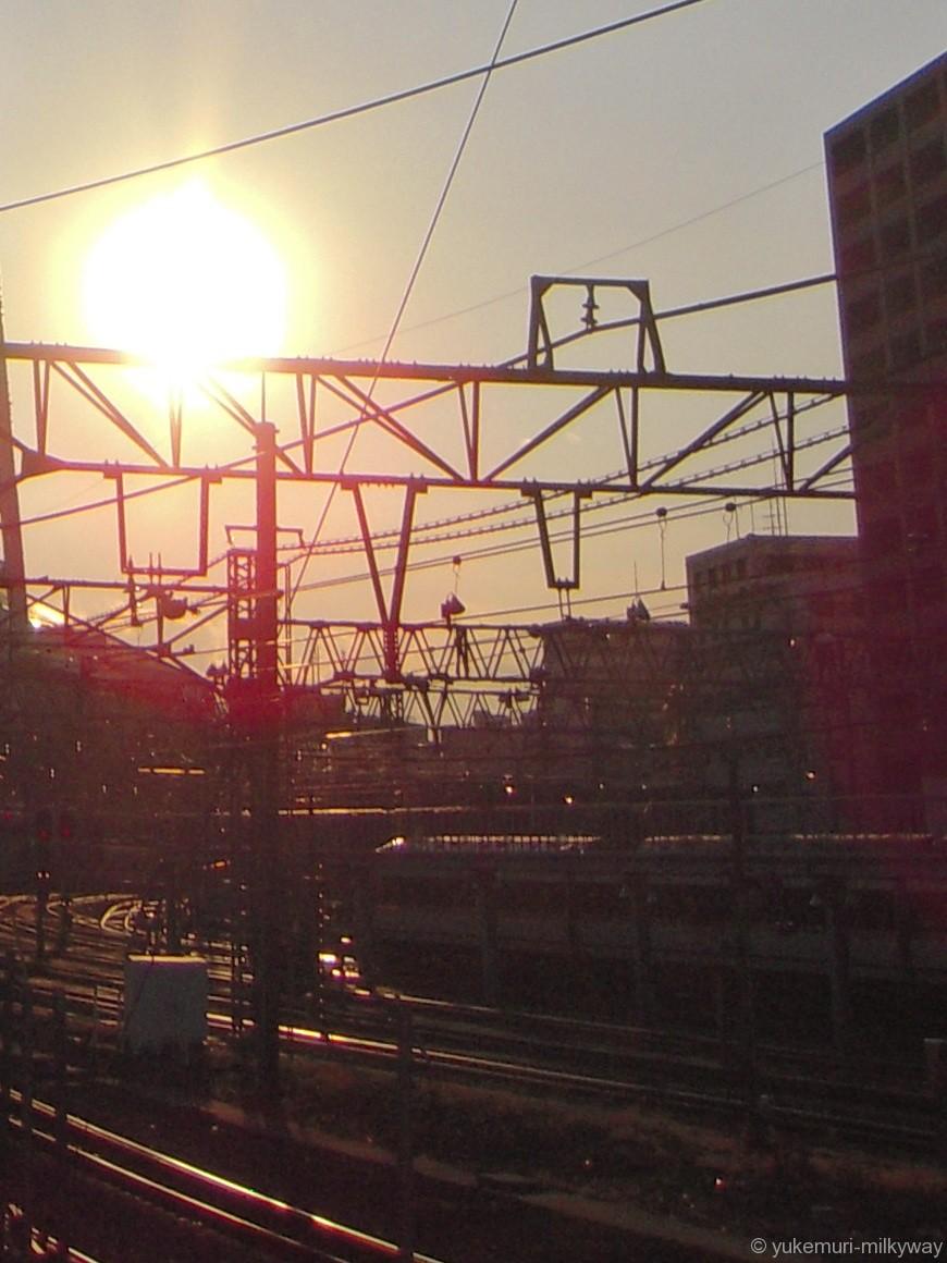 都会の夕焼けの線路イメージ